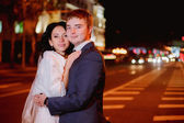 Happy newlyweds and city — Zdjęcie stockowe