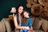 Niña con su madre en la habitación — Foto de Stock
