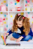 Feliz niña dibuja con lápices de colores — Foto de Stock