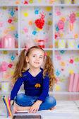 Mutlu küçük kız renkli kalemler ile çizer — Stok fotoğraf