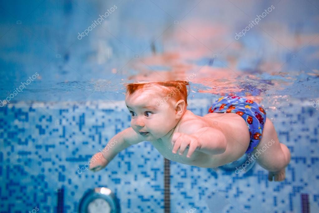 Plong e dans la piscine pour b b photographie hannanes for Bebe dans piscine