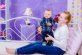 Mom and baby in the room. — Foto Stock