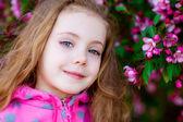 Fille près d'un arbre en fleurs — Photo
