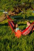 Paar entspannenden in einer Hängematte — Stockfoto