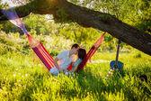 Coppia rilassante in un'amaca — Foto Stock