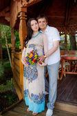 Hamile kadının kocası ile — Stok fotoğraf