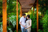 Pregnant woman with husband relaxing in the park — 图库照片