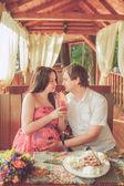 カフェでの食事、妊娠中の妻と夫 — ストック写真