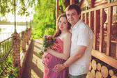 Zwangere vrouw met echtgenoot — Stockfoto