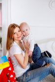 Moeder met haar zoon veel plezier — Stockfoto