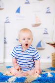 Niño juega con conchas — Foto de Stock