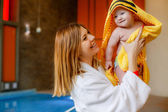 Mother wipes baby son with a towel — Stock Photo