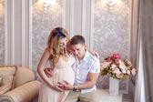 Mulher gravida com marido — Fotografia Stock