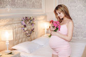 Pregnant woman with a bouquet of roses — Foto de Stock