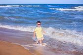 Little boy running along the beach — 图库照片