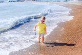Little boy running along the beach — ストック写真