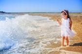 Meisje, wandelen op het strand — Stockfoto