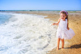 Little girl walking on the beach — 图库照片