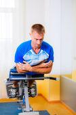 člověk pracující v tělocvičně — Stock fotografie