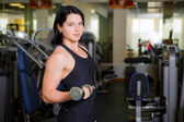 Woman lifting some weights in a gym — Stock Photo