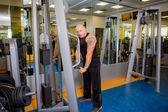 Man på gym utövar — Stockfoto