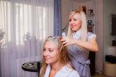 Frisör färga håret — Stockfoto