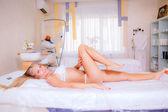 девушка в белье, лежа в салоне красоты — Стоковое фото