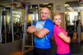 Dvě usmívající se trenéři v tělocvičně — Stock fotografie