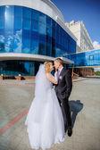 Happy newlywed outdoors — 图库照片