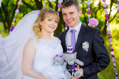 Newlyweds with teddy bears in nature — Foto Stock
