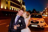 Newlyweds walk on the evening city — Stock Photo