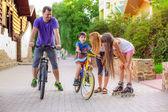Father teaches his son to ride a bike — Stock fotografie