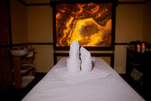 Massage table with candles — Fotografia Stock