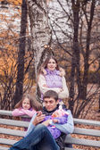 Happy family im herbst-park — Stockfoto