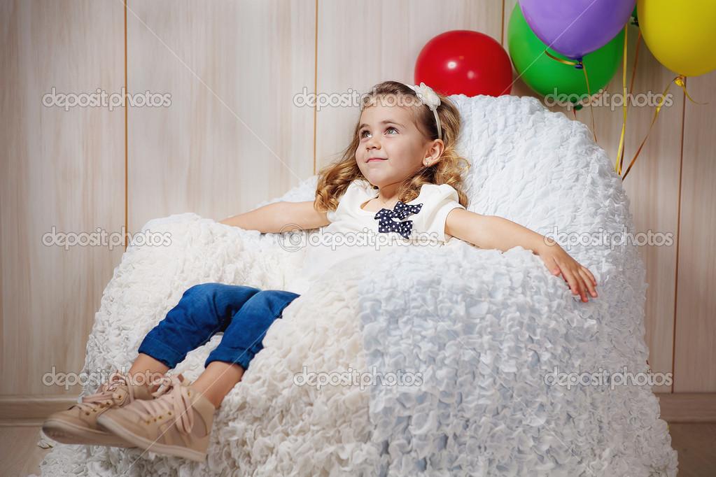 Petite fille assise dans le fauteuil avec des ballons photographie hannanes - Fauteuil pour petite fille ...