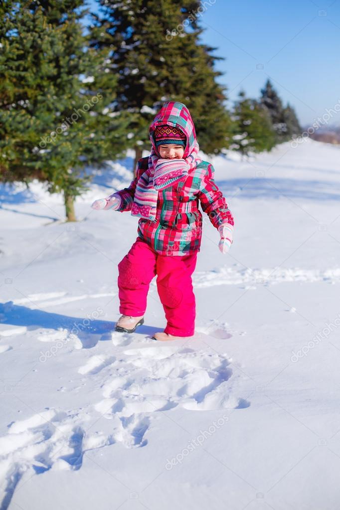 走在冬季公园的小女孩