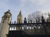 Big Ben view from outside gates of Westminster, London. — Stock Photo