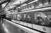 париж, 27 ноября: поезд метро, отбывающий, 27 ноября 201 — Стоковое фото