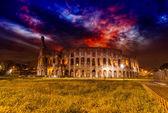 Bella vista del colosseo di notte — Foto Stock