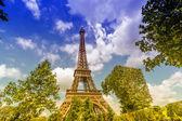 Wieża eiffla widok od ogrodu — Zdjęcie stockowe