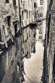 Liten kanal i venedig, italien — Stockfoto