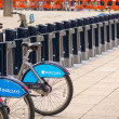 LONDON - SEPT 28: Row of hire bikes lined up in a docking statio — Foto de Stock   #45796199