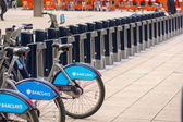 LONDON - SEPT 28: Row of hire bikes lined up in a docking statio — Stock Photo