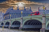 Westminster köprüsü'nde kırmızı doubledecker otobüs — Stok fotoğraf
