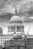 St. Pauls Cathedral view from the other side of the Thames — Stock Photo