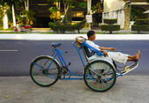 Rickshaw waiting customer on a city street. Vietnam. — Stock fotografie