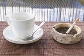 Taza de café y cigarrillo composición cenicero — Foto de Stock