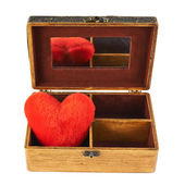 Plyšové srdce v dřevěné rakvi — Stock fotografie
