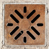 Rusty drain grate in concrete floor — Foto Stock