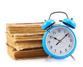 書籍と青の目覚まし時計 — ストック写真